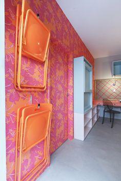Decora Rosenbaum Temporada 2 - Sala de Diva. Decoração cores neon, mesa dobrável, cadeiras penduradas. Foto: Felipe Felco Valle