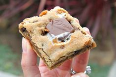 S'more cookie bar recipe made with graham crackers, chocolate chips, marshmallows and Dove chocolates. Sinful but delicious! Whole Food Recipes, Cookie Recipes, Dessert Recipes, Cookie Desserts, Dessert Bars, Dove Chocolate, Chocolate Chips, Yummy Treats, Sweet Treats