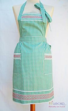 Diseño exclusivo de HJ Labores.  Delantal con peto en cuadros vichy. Bordado español. Hecho de forma artesanal. Chicken Scratch Embroidery, Linen Apron, Bib Apron, Sewing Aprons, Apron Designs, Kitchen Aprons, Aprons Vintage, House Dress, Needle And Thread