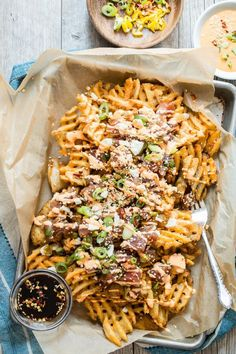 It's time to get ridiculous and make these Ahi Poke Wachos! Fresh ahi tuna on a bed of crispy waffle fries and drizzled with a spicy Sriracha mayo. Seafood Recipes, Pasta Recipes, New Recipes, Online Recipes, I Love Food, Good Food, Yummy Food, Healthy Appetizers, Appetizer Recipes