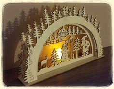 Vánoční dekorace se svíčkou Vánoční dekorace z 3mm topolové překližky. Včetně LED el.svíčky. š- 30cm, v- 18cm. Podívejte se i na další zboží z naší vánoční série: http://www.fler.cz/zbozi/vanocni-ozdoby-na-stromecek-10-ks-6659317