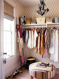 壁の一角に場所を取らずに使えるのが「はしご」。洋服をかけたり、バッグや小物をかけて見せたりと、使い方は様々。