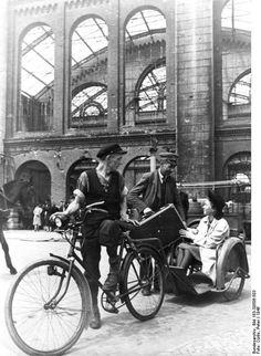 Berlin 1946; Ein Fahrradtaxi am Stettiner Bahnhof