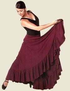 Falda para ensayo con talle bajo y amplia capa con generoso vuelo. Está rematada con un volante. Diseño vistoso y práctico, ideal para la práctica del baile flamenco en clase o en el escenario.