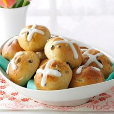 Traditional Hot Cross Buns Recipe -On Easter morning, our family always looked forward to a breakfast of dyed hard boiled eggs and Mom's hot cross buns. I still serve these for special brunches or buffets. Cross Buns Recipe, Bun Recipe, Croissants, Easter Recipes, Holiday Recipes, Holiday Meals, Scones, Pecan Sticky Buns, Biscuits
