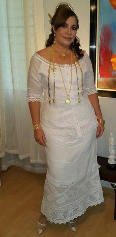 Conjunto de vasquina y falda larga estilizada confeccionadas en tela de hilo,  con encajes de torchon y labores de sombreados en talco y sombra.   Siguenos en instagram guairabyjt