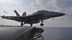 In de buurt van de kust van de Amerikaanse staat North Carolina zijn donderdag twee gevechtsvliegtuigen van de Marine van de Verenigde Staten in zee ...