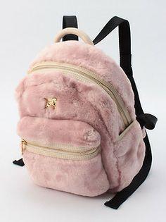 MORÍ! mochila de peluche rosa con tiras negras e insignia dorada <3 <3 <3