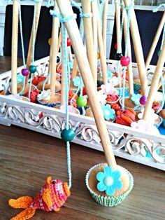 Traktatie haken. Gehaakte traktatie. Gehaakte vis aan hengel van soepstengel in cupcake met eetbaar bloempje. De vis met draad en kraal is een boekenlegger. De kraal dient in traktatie als dobber. Later als eindkraal. Haken Baby, Knitting, Appliques, Crochet, Food, Amigurumi, Gift, Riveting, Tricot