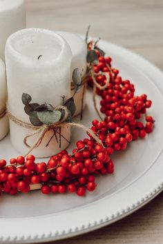 DIY: Adventskranz aus Illex und Eucalyptus | daisiesandglitter Advent Wreath, Xmas, Christmas, Decoration, Red, Red Candles, White Candles, Red Christmas, Christmas Home