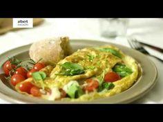 1. Vejce rozšlehejte, osolte a opepřete. 2. Na pánvi rozpusťte máslo a vlijte vejce. Omeletu nechte smažit zhruba 1–2 minuty, aby byl spodek pevný,...