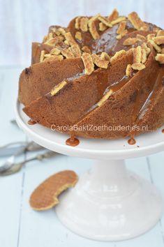 Stroopwafelcake met dronken stroopwafelkruimels en karamel. Een feestelijke cake.