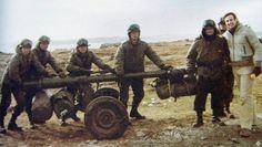 """Nicolas kasansew junto a un grupo de Patricios pertenecientes a la Compañía de Infantería A """"Buenos Ayres"""", que trasportan un cañón Czekalski hacia sus posiciones."""