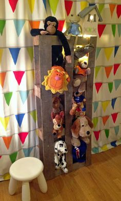 Pallet Stuffed-Animal Zoo – Great stuffed-animal storage + display for a child's room.   |   Mommo Design