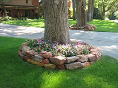 For a more natural feel, Western Sunset Boulders are stacked and used in this landscape as boards and retention walls.