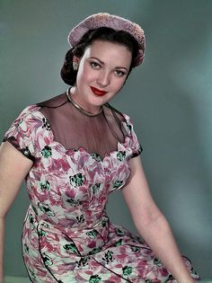 American actress Linda Darnell sporting a captivatingly lovely floral patterned dress, 1950. #vintage #fashion #1950s #actress