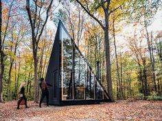 A Tiny Cabin with BIG Design. Browse inspirational photos of modern homes. From midcentury modern to prefab housing and renovations, these stylish spaces suit every taste. Big Design, Theme Design, Tiny House Design, Design Art, Interior Design, Prefab Cabins, Tiny Cabins, Prefab Homes, Tiny Homes