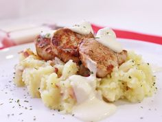 Pure de patatas machacadas, salsa de quesos y filetes de solomillo  http://www.thespanishfood.es/2012/05/pure-de-patatas-machacadas-salsa-de.html