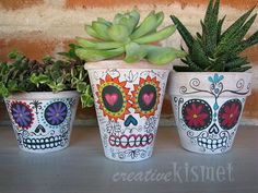 hand painted sugar skull clay pots -- this would be a fun Halloween season activity :) Painted Pots, Hand Painted, Diy Day Of The Dead, Skull Planter, Arts And Crafts, Diy Crafts, Skull Crafts, Ideias Diy, Decorative Planters