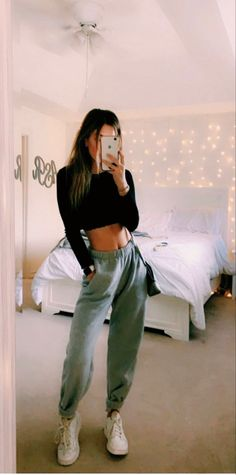 teenager outfits for school Cute Lazy Outfits, Teenage Outfits, Chill Outfits, Teen Fashion Outfits, Mode Outfits, Look Fashion, Cute Outfits With Sweatpants, Outfits With Black Jeans, Fashion For Teens