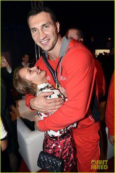 Hayden Panettiere Flies to Germany to Watch Fiance Wladimir Klitschko Defend Heavyweight Titles   hayden panettiere flies germany watch fian...