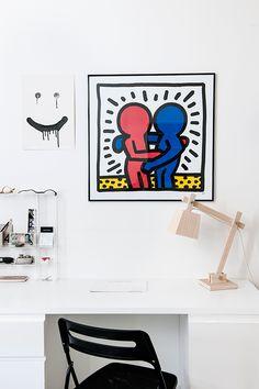 Le dessin de Keith Haring et la lampe en bois donnent tout son charme à ce bureau simplissime.
