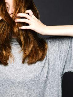 Was tun gegen fettige Haare? Man kann sie trainieren, damit sie weniger fetten. Wie das genau funktioniert, verraten wir dir in unserem Haar-Bootcamp.