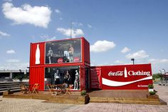 Coca-Cola store uses recycled container The use of recycled containers in one of the special projects of the Coca-Cola company by building a clothing store in Porto Alegre, RS.