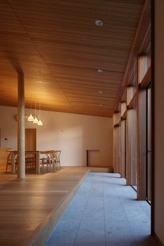 夕暮れ時、大開口から差し込む夕日に照らされたリビングです Japanese Modern House, Japanese Interior, Residential Architecture, Interior Architecture, Clinic Interior Design, Prairie House, Natural Interior, House Entrance, Wooden House