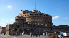 Castell de San Angelo, conegut també com el mausoleu d'Adrià. Es trova al marge dret del riu Tiber i està al costat de la cuitat del Vaticà. Iniciat per l'emperador Adrià l'any 135 amb la finalitat de fer-ne el seu mausoleu personal i familiar, fou acabat per Antoní Pius el 139.