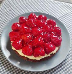 Min bedste opskrift på jordbærkage - BEDRE END BAGERENS! Det er vidst de færreste der ikke har smagt en god gammeldags jordbærkage fra bageren. Det smager jo herligt. Men hold da op hvor er sådan en jordbærkage dyr! Den bliver dyrere og dyrere og jordbærene færre og færre. Geléen er t....