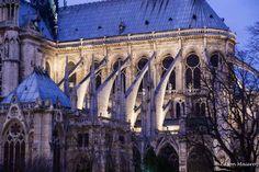 detalhe dos arcobotantes, mistura de arcos com colunas, na fachada leste de Notre Dame