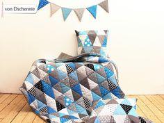 Krabbeldecke, gefütterte Patchwork-Decke, Dreiecke, blau // patchwork blanket, blue triangles by von-dschennie via DaWanda