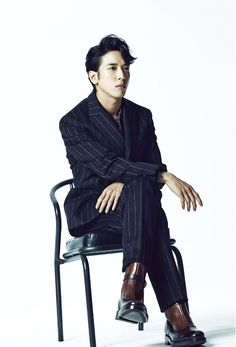 20 Korean male celebrities looking stylish in suits; Jung Yong Hwa