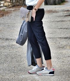 #look #pantalón #rayas #raya #diplomática #maxiabrigo #abrigo #gris #lookfortime #lookbook #ootd #outfit #sportychic #sneakers #thehoffbrand #clutch