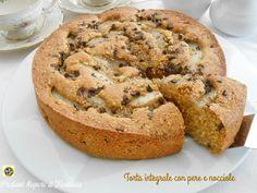 Se volete preparare una torta leggera e digeribile la torta integrale con le pere e nocciole è il dolce che fa per voi. Non contiene burro ma olio e acqua.
