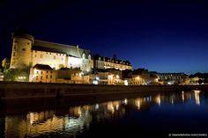 Superbe paysage de nuit de la ville de Laval situé en Mayenne. Ville à visiter de jour comme de nuit car très sympa ! #mayenne #location #vacances #france