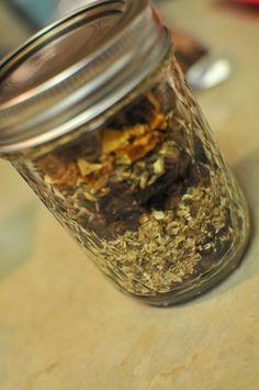 Cómo hacer un té de hierbas de desintoxicación  Simplemente mezcle partes iguales: Raíz de diente de león La raíz de bardana  Cáscara de naranja  Las flores del hibisco  Los escaramujos   semillas de cardo mariano Canela en rama