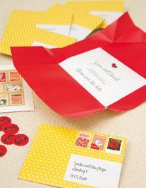 Save-the-Date-Umschlag - Diese Save-the-Date-Karten bringen ihren Versandumschlag gleich mit. Hierfür haben wir einen DIN A4-Bogen beidseitig bedruckt und anschließend mit einem ebenfalls selbst bedruckten Aufkleber verschlossen. Ein weiterer Clou sind die Briefmarken, die ganz individuell gestaltet und gedruckt werden können (www.innovativlaser.de).