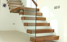 Zwevende trappen worden constructief verstevigd door aan één kant van de trap – meestal de muurkant – de traptreden met elkaar te verbinden. De buitenkant van de trap is vrij van verbindingsstukken, hierdoor wordt de trap ook vrijdragend genoemd. Het verschil tussen de termen zwevende trap en vrijdragende trap is dat de verbindingsstukken onzichtbaar zijn gemaakt bij de vrijdragende trap. De trap hangt vrij in de ruimte doordat de trapconstructie in de muur is weggewerkt.
