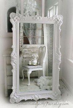 Observación de españolettes como decoración del espejo