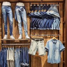Clothing Store Interior, Clothing Store Displays, Clothing Store Design, Modegeschäft Design, Denim Display, Fashion Store Design, Visual Merchandising Fashion, Fashion Window Display, Boutique Decor