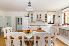 Príjemná vidiecka romantika | Decodom Magazín Farmhouse, Table, Furniture, Home Decor, Decoration Home, Room Decor, Tables, Home Furnishings, Home Interior Design