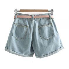 bij www.miss-p.nl, Lichtblauwe korte spijkerbroek, met omgevouwen pijpen en inclusief een roze riem. Heeft zakjes aan de voor- en achterzijde.