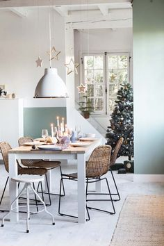 Scandi muted pastel modern Christmas decor and tablescape Kitchen Wood Design, Kitchen Decor, Banquette Seating In Kitchen, Diner Table, Sweet Home, Cuisines Design, Updated Kitchen, Scandinavian Interior, Kitchen Flooring