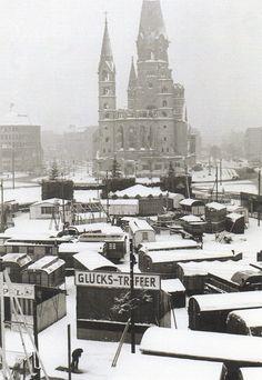 BERLIN 1947. Weihnachtsmarkt an der Ruine der Kaiser-Wilhelm-Gedächtniskirche
