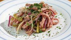 Bayerischer Wurstsalat auf einem Teller