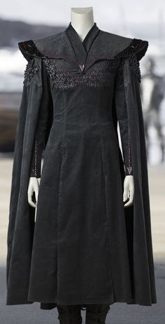 Emilia Clarke Game Of Thrones Coatis provide the royal look to the wearer so if you like to appear as a princess then you should choose this Daenerys Targaryen Coat as your outfit Game Of Thrones Outfits, Game Of Thrones Dress, Game Of Thrones Clothing, Cosplay, Clarke Game Of Thrones, Game Costumes, Fantasy Dress, Fantasy Costumes, Larp