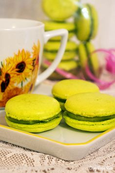 Macarons pistache / Chez Papa Rico Macarons, Macaron Pistache, Cantaloupe, Fruit, Food, Good Mood, Food Porn, Recipes, Essen
