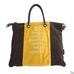 Shopper in camoscio marrone con fascia centrale color giallo ocra. Sulla fascia centrale sono elencati i giorni della settimana affiancati d...